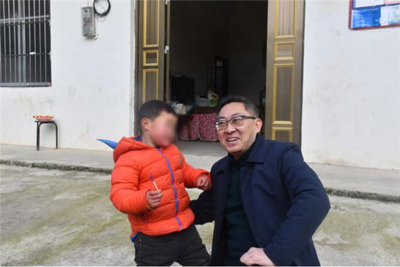 泓娃子和龚平分享糖果 通讯员 孙鹏 摄