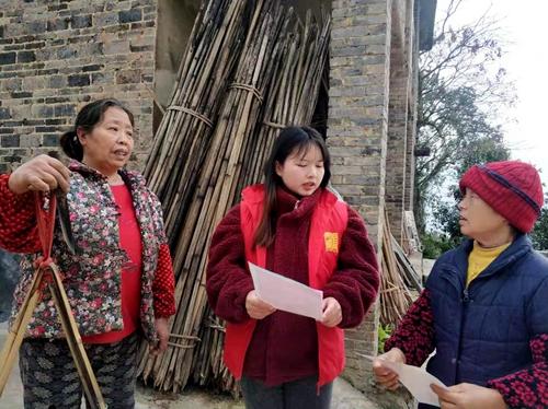 农家书屋志愿者入户宣传交通安全。 通讯员 刘晶晶 摄
