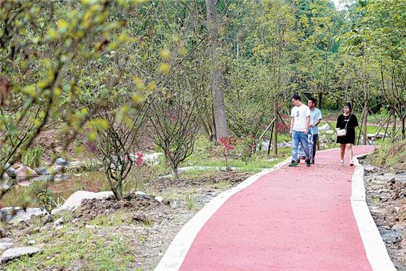 莲花坝村的生态游步道吸引了不少村民前来游玩。通讯员 廖健韬 摄