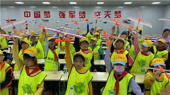 在重庆飞行家航空科普基地,虎城镇中心小学学生制作飞机模型。通讯员 彭琼 摄