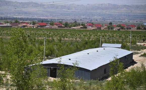 同心县圣峰休闲生态观光园内的养鸡棚舍。