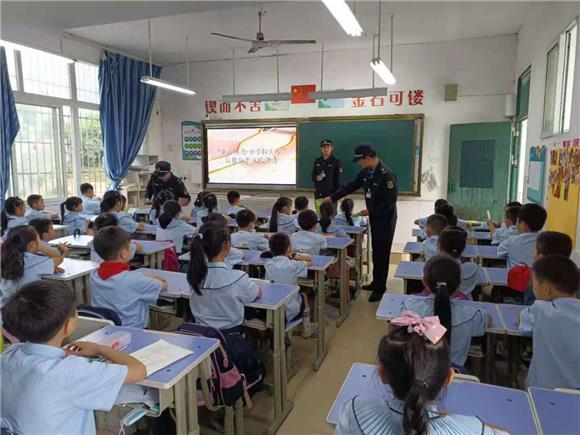 """石板镇小学生的""""绿色生活课堂""""。通讯员 邓永洪 摄"""