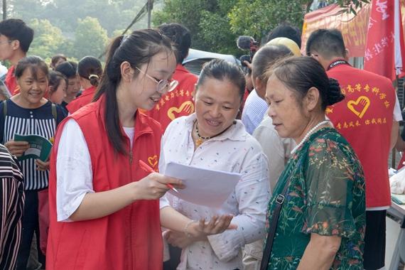 队员向村民讲解问卷上的用电知识 重庆电力高等专科学校供图 华龙网发
