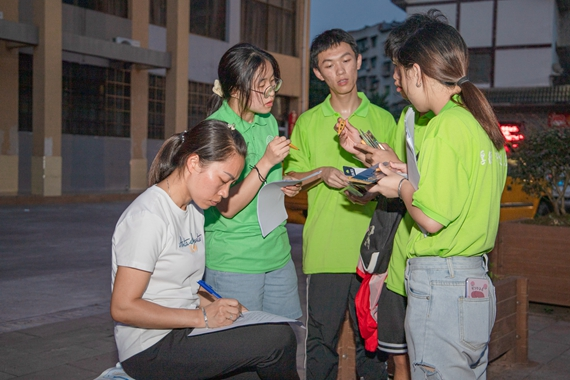 群众在队员们的讲解下填写调查问卷 重庆电力高等专科学校供图 华龙网发