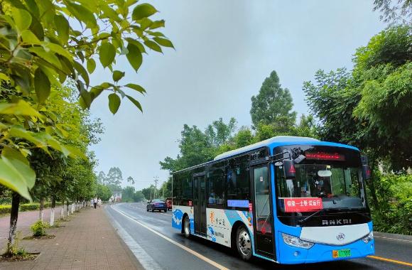 行驶中的606路公交车。通讯员 谢凤 摄